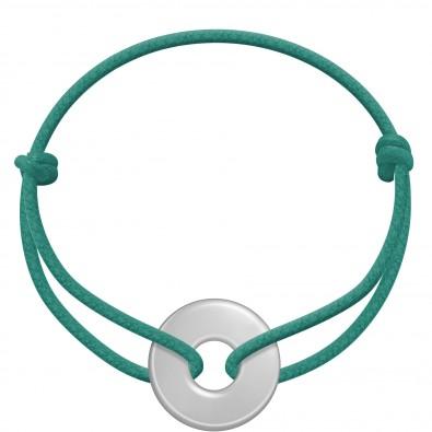 Bracelet avec médaillon en argent sur un cordon épais vert marin.