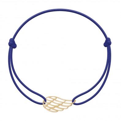 Bracelet avec aile plaquée or sur un cordon fin bleu bleuet.