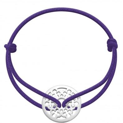 Bracelet avec une rondelle en argent avec un trèfle sur une ficelle violette épaisse