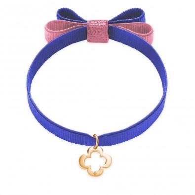 Bracelet ruban double nœud de couleur violette avec un trèfle ajouré en or