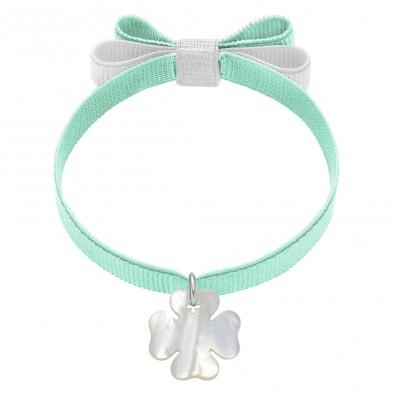 Bracelet ruban double nœud de couleur menthe avec un trèfle de nacre