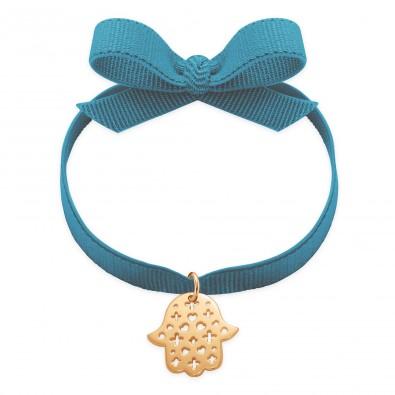 Bracelet ruban de couleur bleu acier avec la Main de Fatima ajourée plaquée or