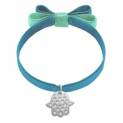 Bracelet ruban double nœud de couleur bleu acier avec une main de Fatima ajourée en argent