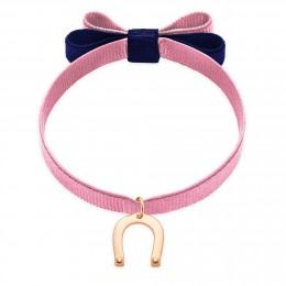 Bracelet ruban double nœud de couleur rose pâle avec un fer à cheval plaqué or