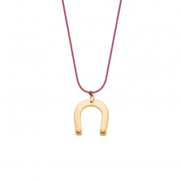Collier avec fer à cheval plaqué or sur un cordon fin de couleur framboise