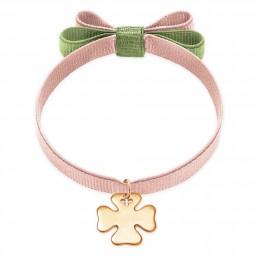 Bracelet ruban double nœud de couleur rose poudré avec un trèfle plaqué or