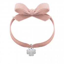 Bracelet ruban de couleur rose poudré avec un trèfle en argent