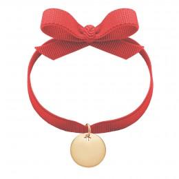 Bracelet avec médaillon plaqué or sur un ruban rouge
