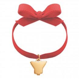 Le bracelet avec un ange plaqué or sur un ruban rouge