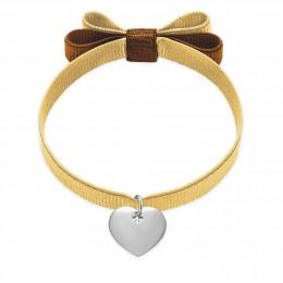 Bracelet avec un coeur d'argent sur un ruban ensoleillé noeud double