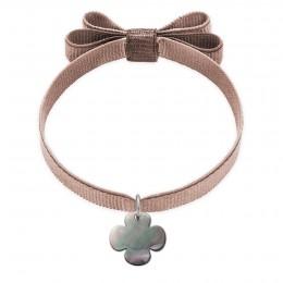 Bracelet ruban double nœud  de couleur beige avec un trèfle rond de nacre foncée