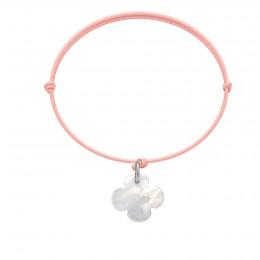 Bracelet avec un trèfle rond en nacre sur un cordon fin rose clair