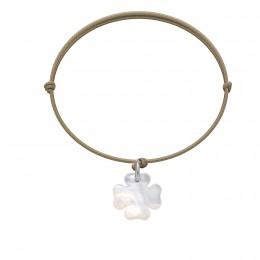 Bracelet avec un trèfle en nacre sur un cordon fin de couleur cappuccino