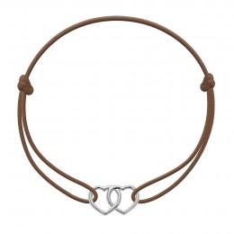 Bracelet avec deux cœurs joints en argent sur un cordon fin de couleur caramel