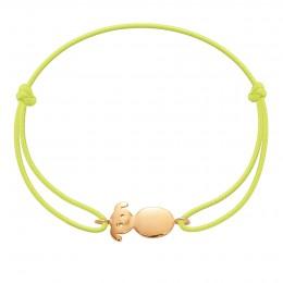 Bracelet avec un petit chien plaqué or sur un cordon fin jaune fluo