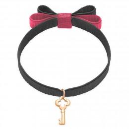 Bracelet ruban double nœud gris foncé avec une clé plaquée or
