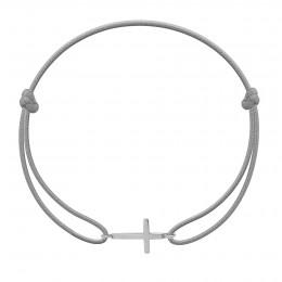 Bracelet avec croix en argent sur un cordon fin gris clair