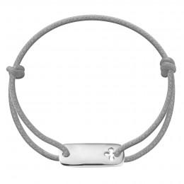 Bracelet avec une plaque trèfle en argent sur un cordon épais gris clair