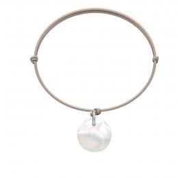 Bracelet avec une médaille en nacre sur un cordon fin beige