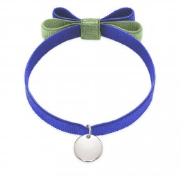 Bracelet ruban double nœud de couleur bleue avec un médaillon en argent