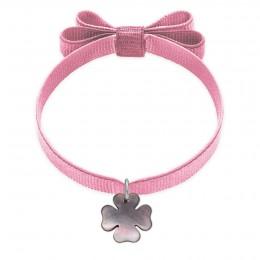 Bracelet ruban double nœud de couleur rose pâle avec un trèfle de nacre foncée