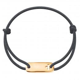 Bracelet avec une plaque trèfle plaquée or sur un cordon épais graphite