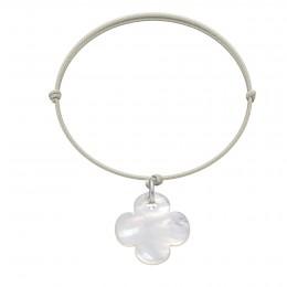 Bracelet avec un trèfle rond en nacre sur un cordon fin de couleur perle