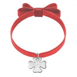 Bracelet avec trèfle en argent sur un ruban double nœud de couleur rouge