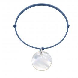 Bracelet avec une médaille en nacre sur un cordon fin de couleur jeans