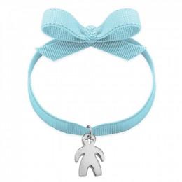Bracelet avec un médaillon garçon en argent sur un ruban bleu clair