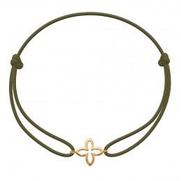 Bracelet avec fleur de lys ajourée plaquée or sur un cordon fin vert olive