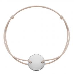 Bracelet avec médaillon en argent sur un cordon fin de couleur beige.